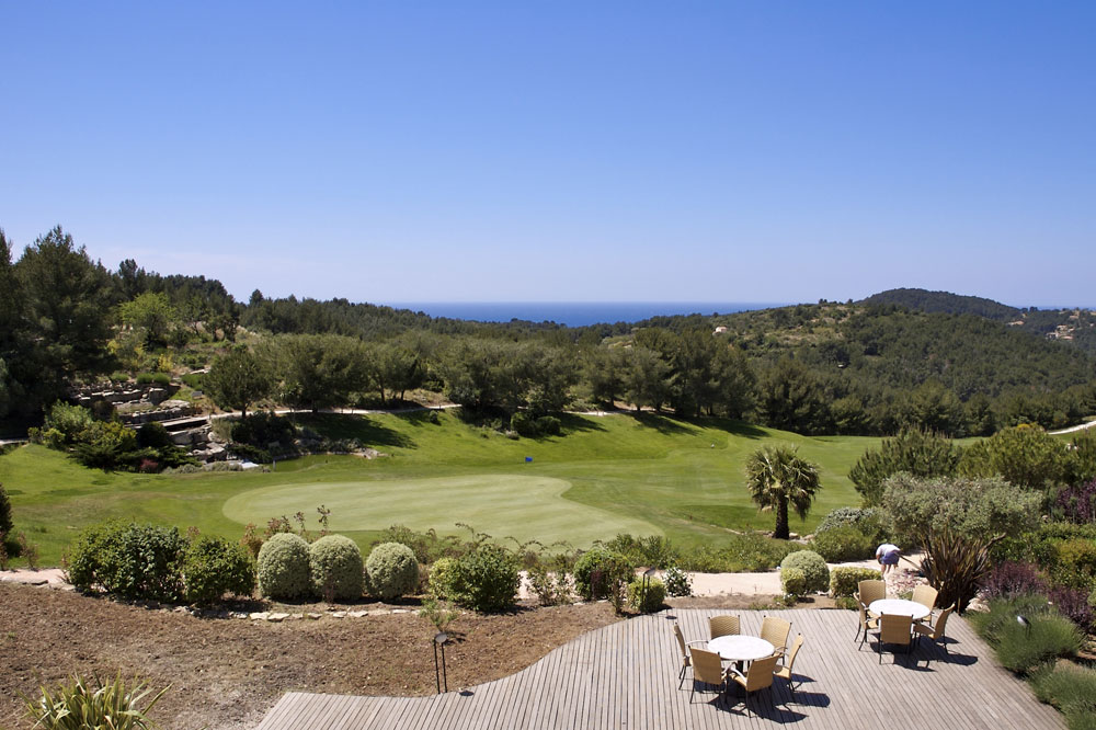 Close to all the mediterranean golf courses...